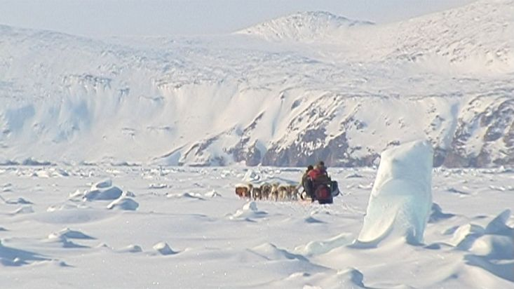 Crossing with sled dogs a zone of chaotic ice - Nanoq 2007 expedition