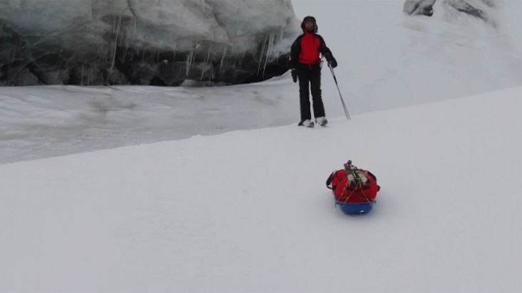 Descent of the sledges in the Barnes - Barnes Icecap expedition - 2012