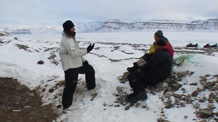Inuit talking to Ingrid in Elwin cove - Nanoq 2007 expedition