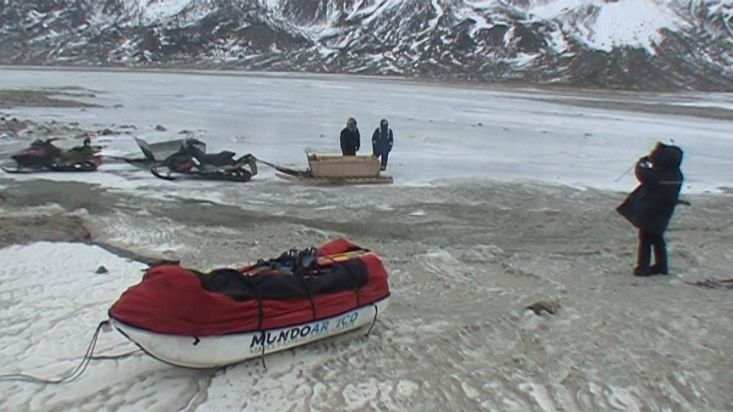 Waiting for the Inuit at the end of the crossing - Penny Icecap 2009 expedition