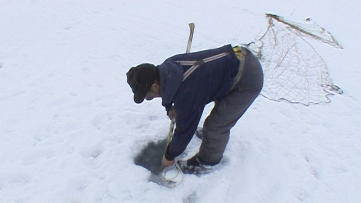 Stevie and his Inuit friend put the seal fishing nets on the ice - Nanoq 2007 expedition