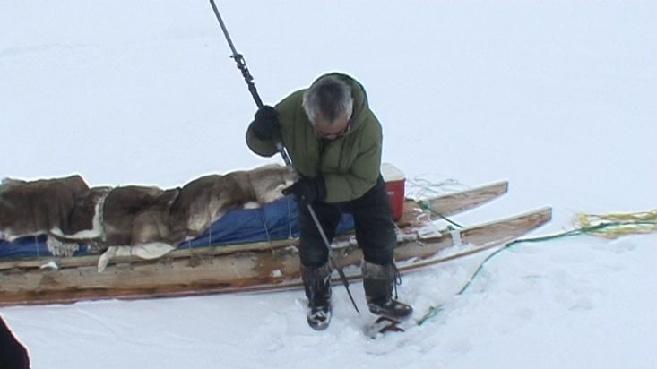 Stevie, an Inuit from Qikiqtarjuaq secures the sled brake - Nanoq 2007 expedition